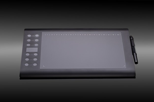 Mesa digitalizadora gráfica com caneta para ilustradores e designers em um fundo preto. tablet gráfico preto moderno para desenho em close