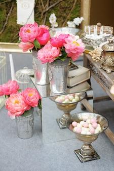 Mesa doce elegante na festa de casamento ou evento