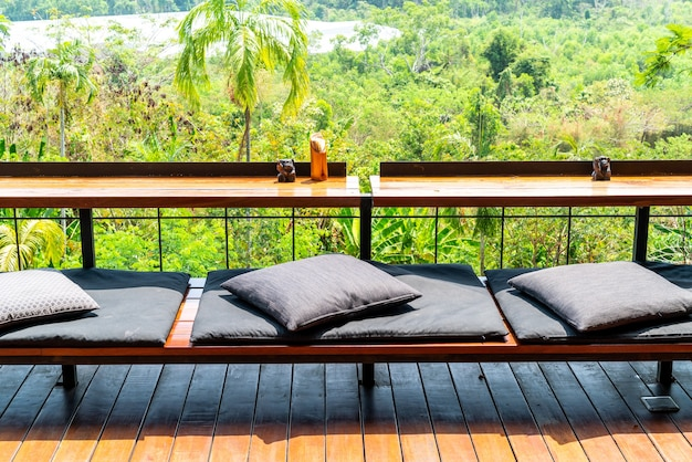 Mesa e almofadas vazias
