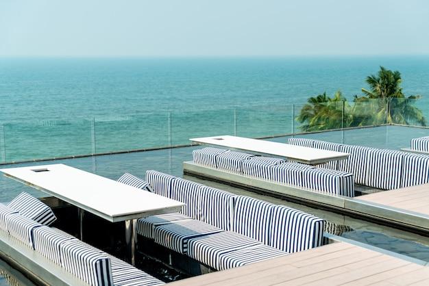 Mesa e cadeira em restaurante com vista para o mar