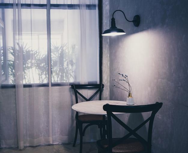 Mesa e cadeira na cafeteria.