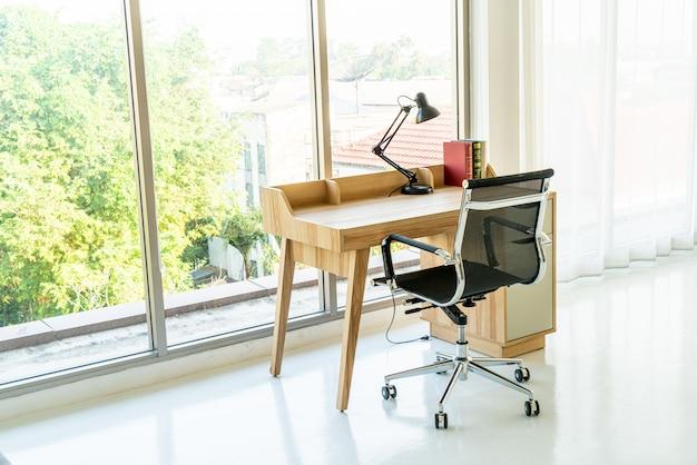 Mesa e cadeira para espaço de trabalho em casa