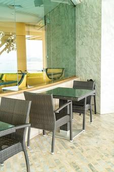 Mesa e cadeira vazias de pátio