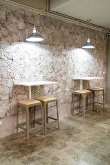 Mesa e cadeira vazias em café-restaurante
