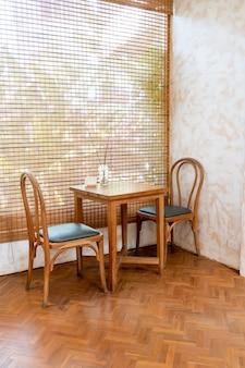 Mesa e cadeira vazias no café e no restaurante café
