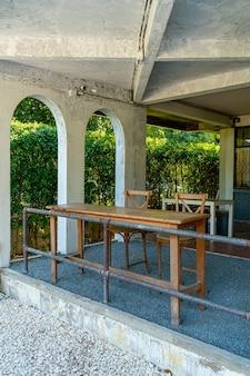 Mesa e cadeira vazias no café e restaurante do café
