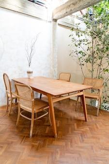 Mesa e cadeira vazias no café e restaurante
