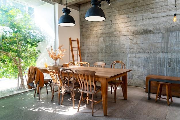 Mesa e cadeira vazias no café