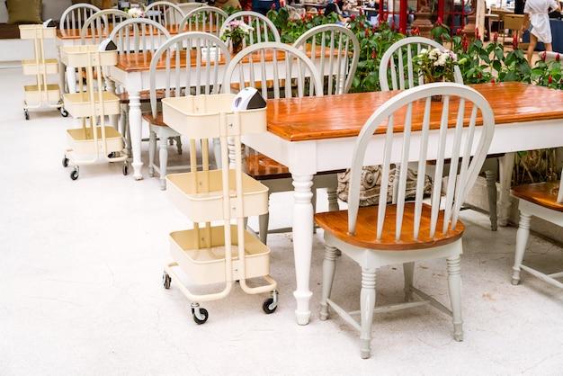 Mesa e cadeira vazias
