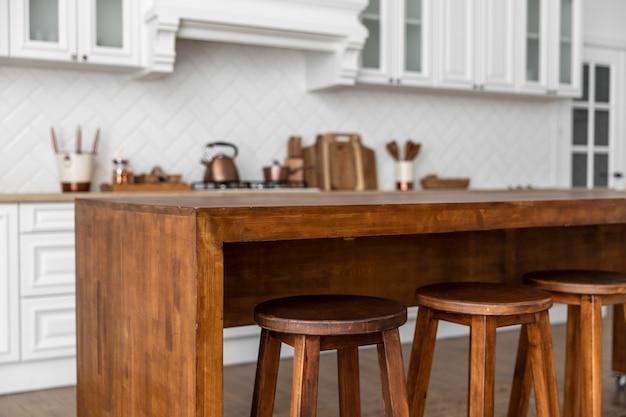 Mesa e cadeiras de madeira na cozinha