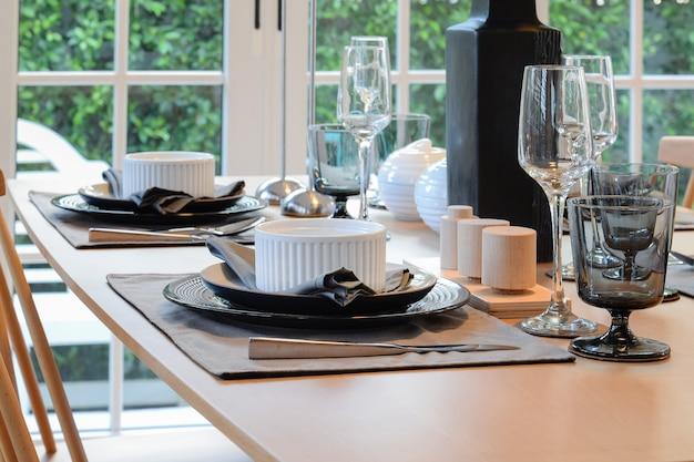 Mesa e cadeiras de madeira na sala de jantar com ajuste elegante da tabela