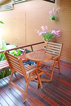 Mesa e cadeiras de madeira no balcão na cafetaria.