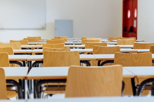 Mesa e cadeiras em sala de aula