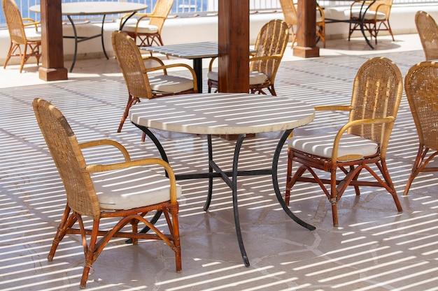 Mesa e cadeiras em um café de praia em sharm el sheikh, egito