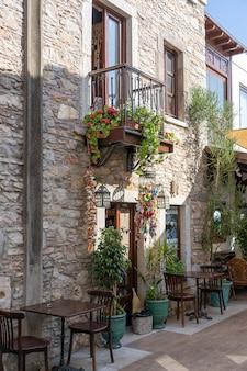Mesa e cadeiras em um café de rua na cidade velha de bodrum, turquia