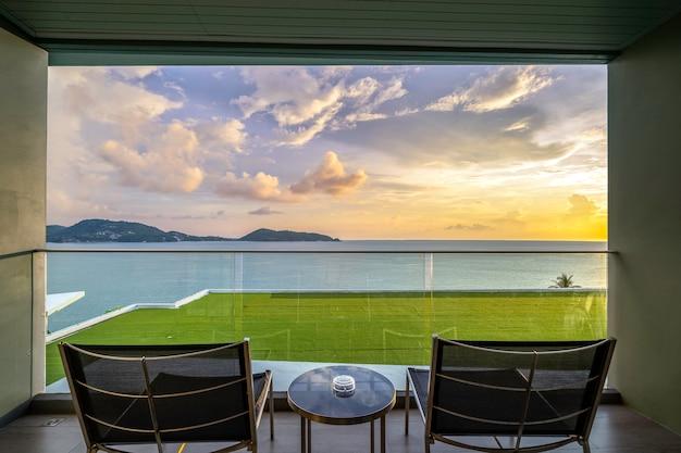 Mesa e cadeiras em uma varanda com vista para o mar, perto do mar.