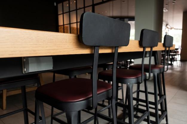 Mesa e cadeiras modernas