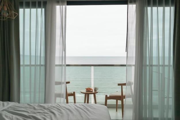 Mesa e cadeiras na varanda com vista para o mar conceito de verão