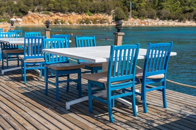 Mesa e cadeiras perto da praia