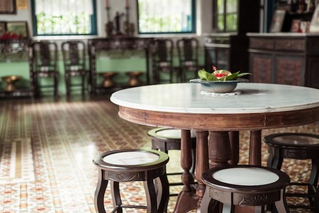Mesa e cadeiras vintage vazias em uma sala