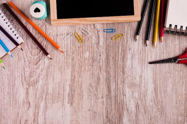 Mesa e ferramentas de desenho na mesa de madeira