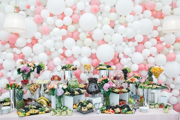 Mesa elegante e rica com doces e frutas para os hóspedes