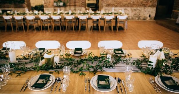 Mesa elegante posta com linda decoração em restaurante
