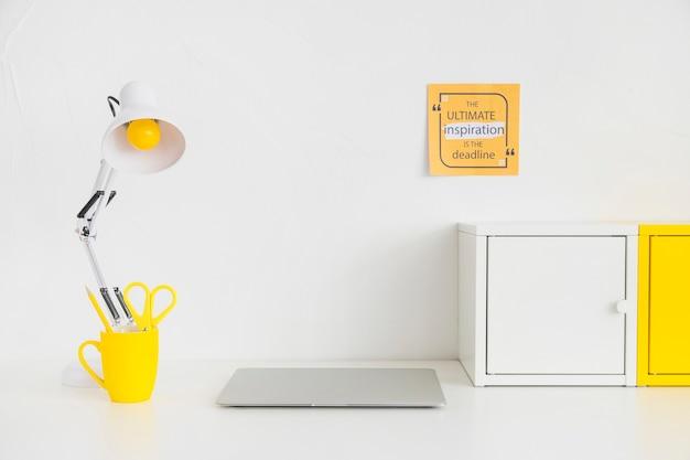 Mesa elegante simples com caixas de metal e lâmpada de leitura