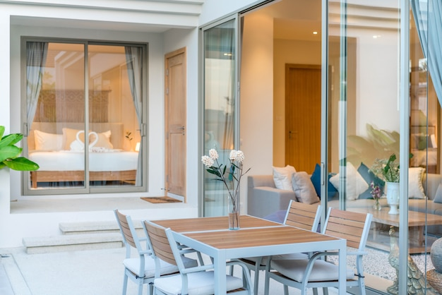 Mesa exterior design exterior e espreguiçadeira ou espreguiçadeira piscina