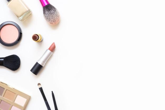 Mesa feminina com maquiagem incluindo batons, paleta de olho, base, pincéis e outros.