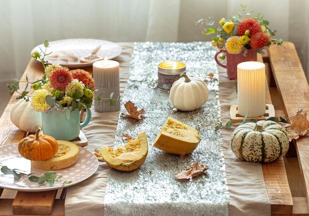 Mesa festiva com abóboras e flores de crisântemo