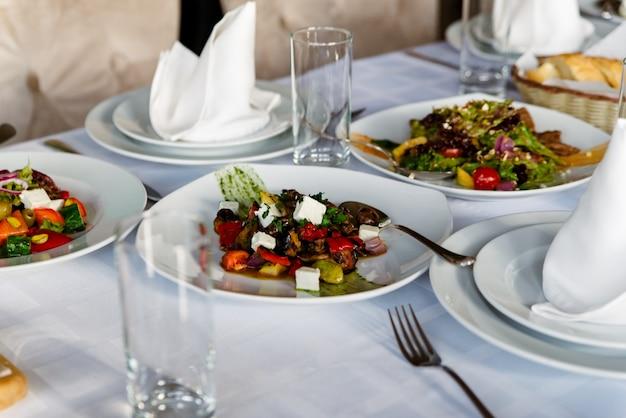 Mesa festiva com saladas
