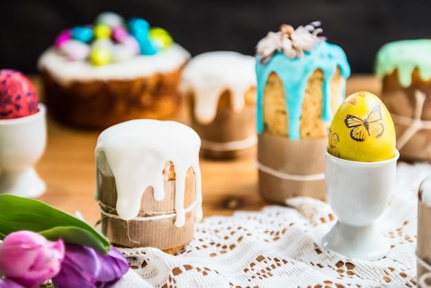 Mesa festiva de páscoa com ovos e bolos de páscoa