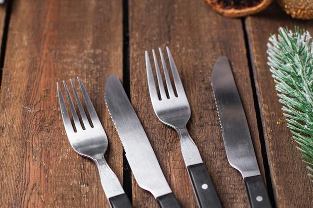 Mesa festiva definindo talheres de natal garfo faca refeição de ano novo na mesa cópia espaço comida