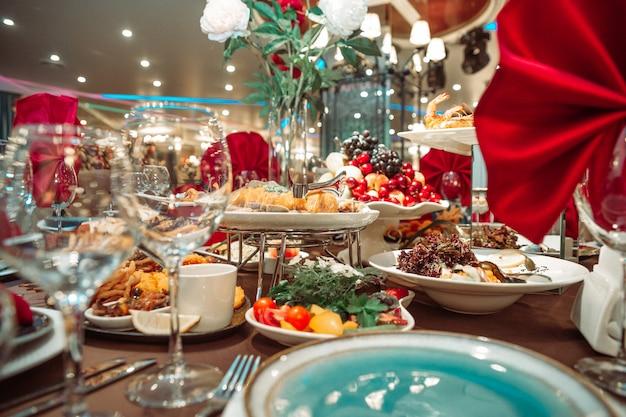 Mesa festiva no restaurante com deliciosos pratos.