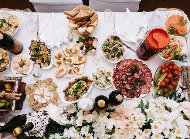 Mesa festiva posta com vários pratos e comidas no restaurante