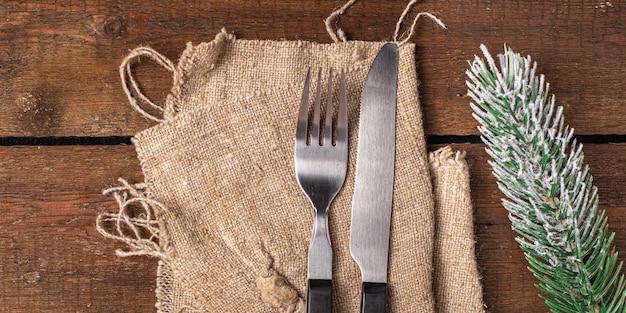 Mesa festiva talheres configuração garfo de natal faca refeição de ano novo na mesa cópia espaço comida