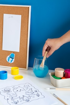 Mesa infantil de ângulo alto com pintura e desenho