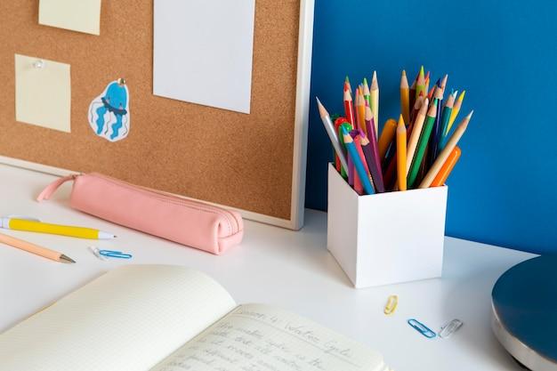 Mesa infantil de ângulo elevado com lápis coloridos