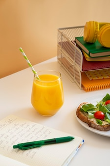 Mesa infantil em ângulo alto com sanduíches e suco de laranja