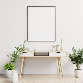 Mesa limpa e cartaz em branco na parede branca