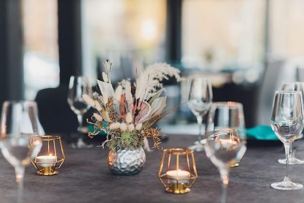 Mesa lindamente servida em um restaurante