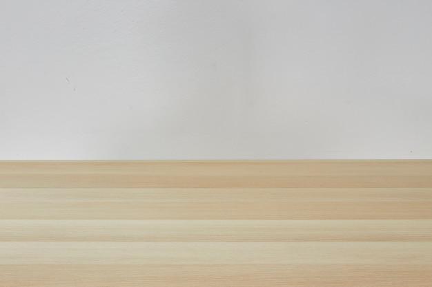 Mesa marrom clara vazia no quarto branco