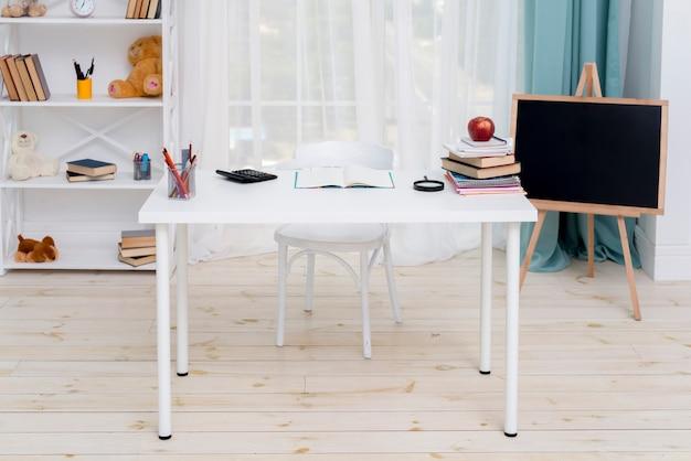 Mesa no quarto do aluno