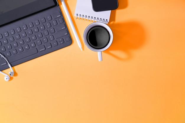 Mesa pastel criativo de escritório com suprimentos e espaço de cópia