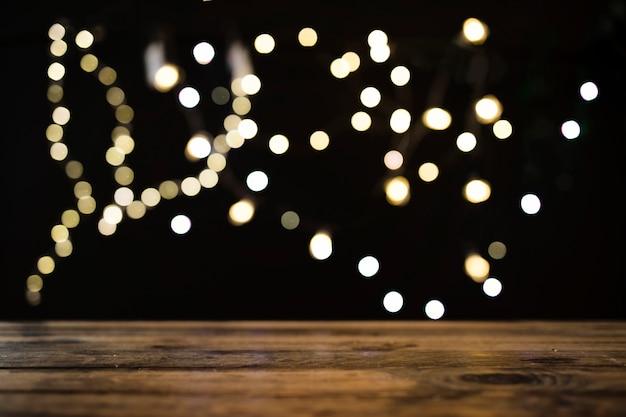 Mesa perto de luzes desfocadas