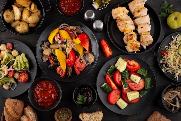 Mesa plana cheia de deliciosos arranjos de comida