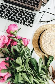 Mesa plana, vista de cima, moda feminina, mesa de escritório com flores peônia, laptop na superfície branca