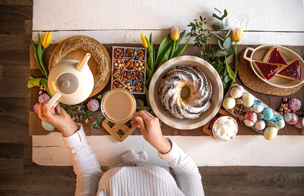 Mesa posta com comida, feriado da páscoa.