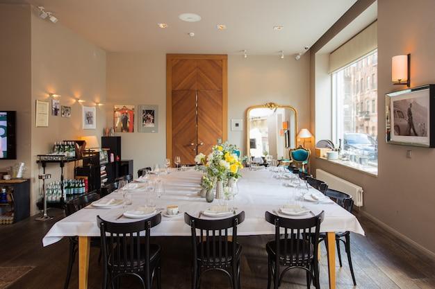 Mesa posta com rosas amarelas para uma festa festiva Foto Premium